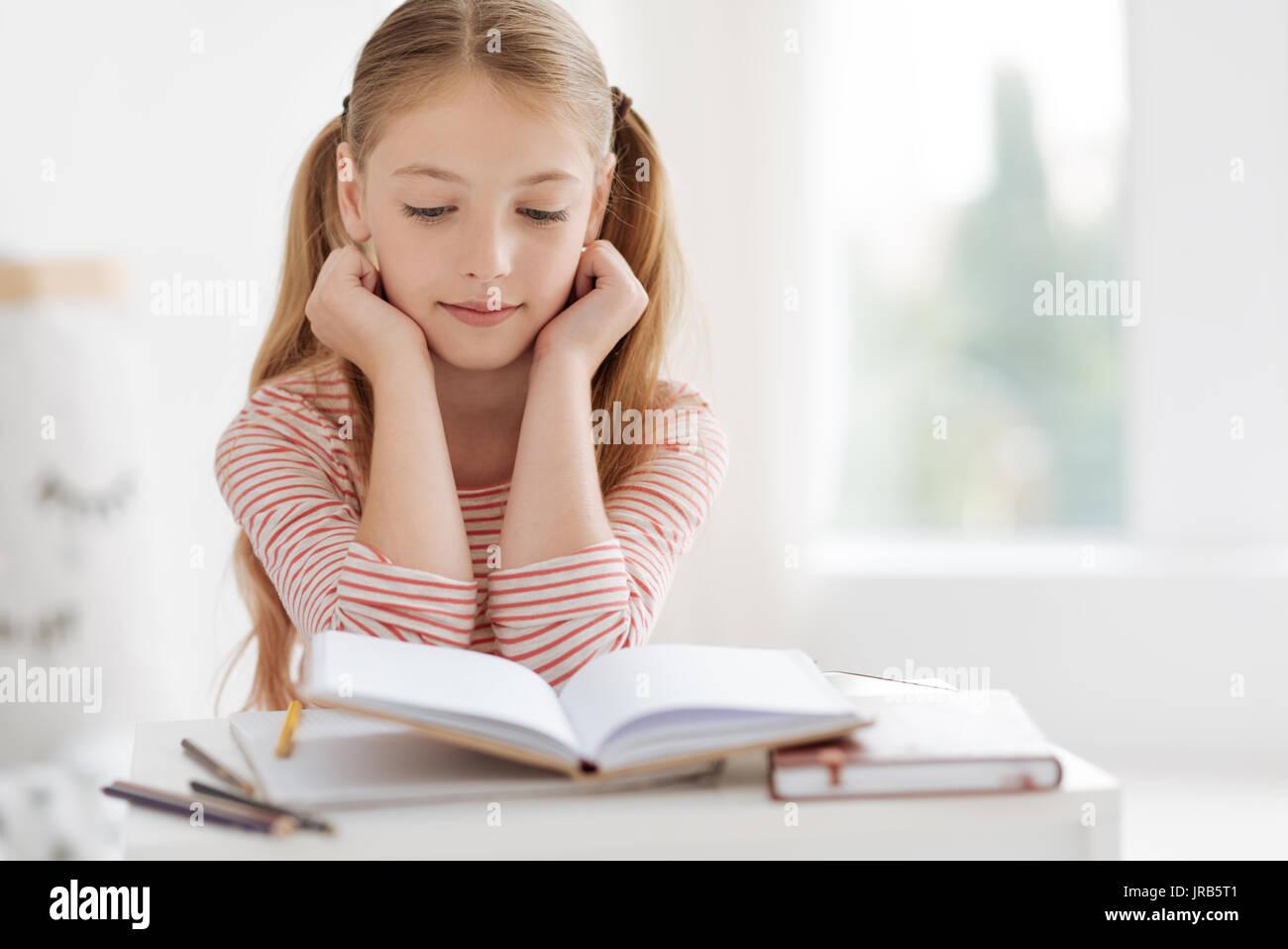 Mujer inteligente alumno haciendo los deberes Imagen De Stock