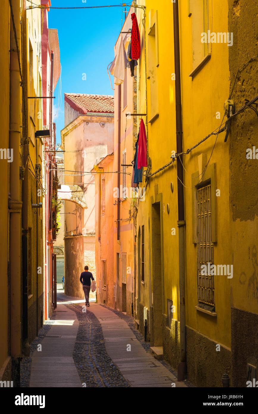Sassari Cerdeña Old Town, generalmente una estrecha calle en el barrio de la vieja ciudad de Sassari, Cerdeña. Imagen De Stock
