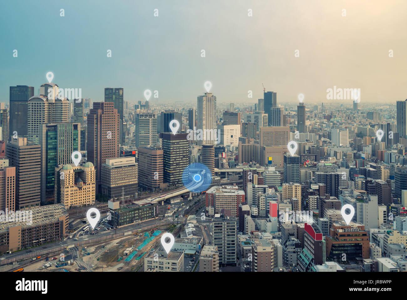 Búsqueda ubicación en el mapa y el pasador por encima de la ciudad de Osaka y de conexión de red, internet de las cosas, el concepto de sistema de navegación por satélite Imagen De Stock