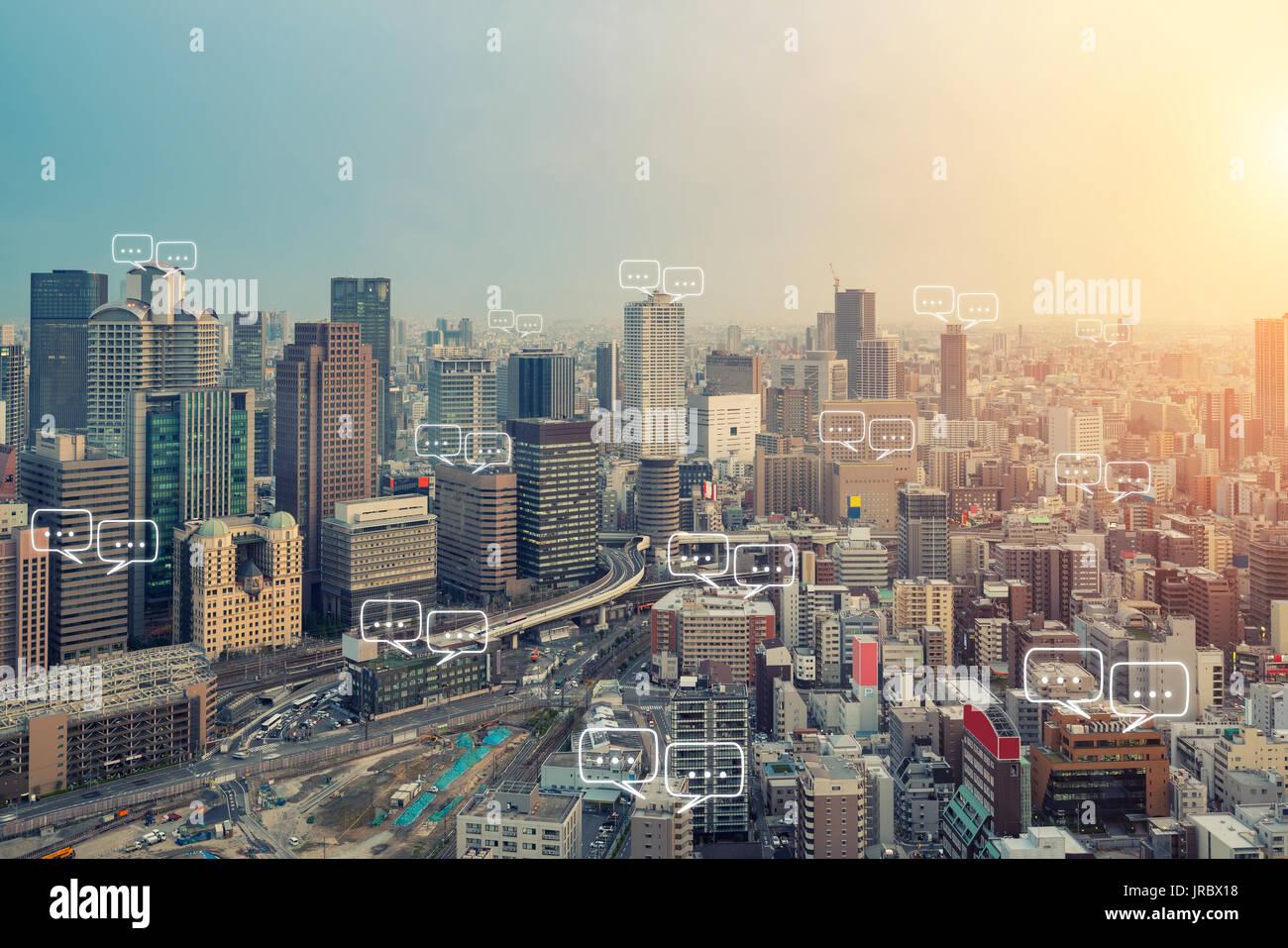 Espacio para texto en la ciudad de Osaka y burbuja de chat para la comunicación. La tecnología y el concepto de comunicación. Internet de la cosa. Imagen De Stock