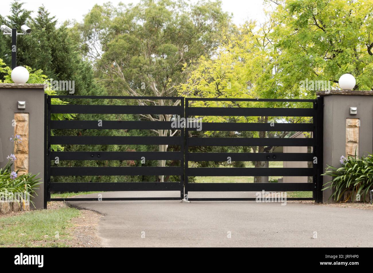 Puertas de entrada de metal fijado en la valla de ladrillo con