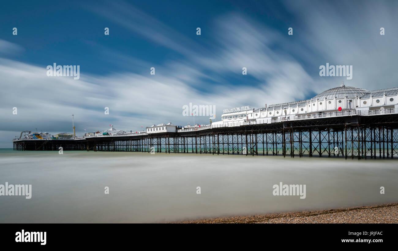 La larga exposición del Palace Pier de Brighton, East Sussex, Inglaterra Foto de stock