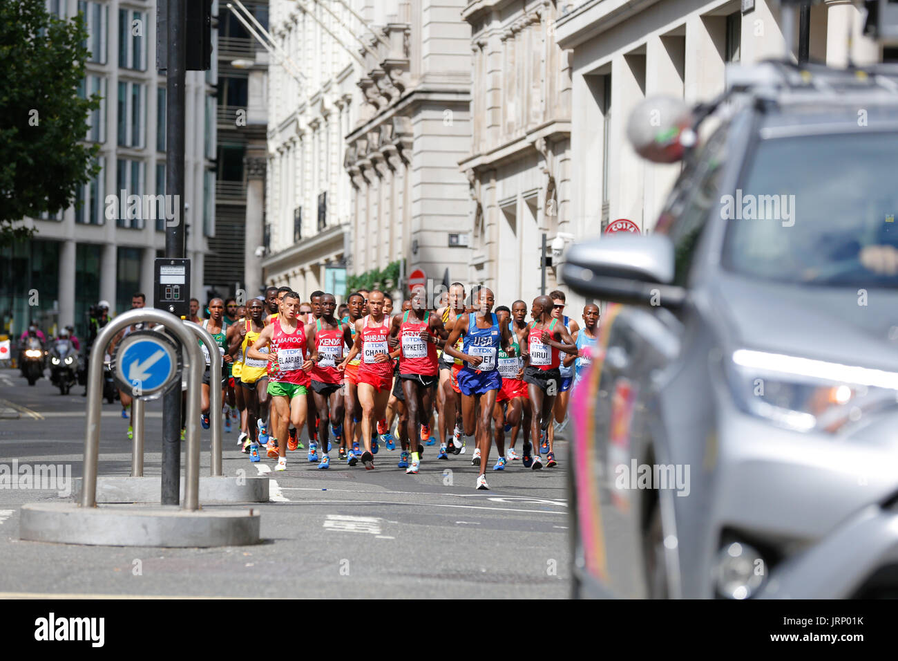 Stratford, Londres, Reino Unido. 6 de agosto de 2017. Campeonato del Mundo de Atletismo de la IAAF maratón del campeonato del mundo de domingo de agosto. corredores de todo el mundo están teniendo lugar en la maratón de la IAAF en Londres, Inglaterra, una vez más, está en el centro de eventos deportivos de clase mundial. Europa, Inglaterra, London Stratford evento deportivo Villa Olímpica 2017. mo farah última carrera. mens maratón iaaf 2017 LONDRES, 6 de agosto. Foto de stock