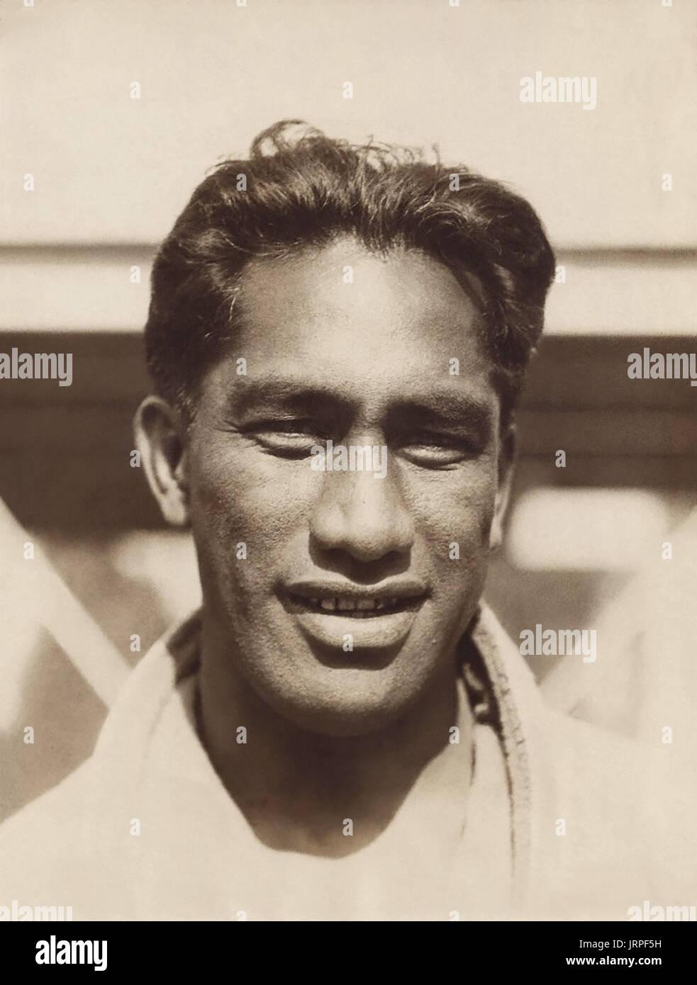 """Duke Paoa Kahanamoku (1890-1968), a menudo conocido simplemente como """"El Duque"""", era un nativo de lengendary surfista hawaiano, considerado como el padre del surfing moderno. También fue cinco veces medallista olímpica en natación que compitieron en el 1912, 1920 y 1924 Juegos Olímpicos de verano, así como un suplente para los EE.UU. el equipo de waterpolo en los Juegos Olímpicos de 1932. Kahanamoku es incluido en el Salón de la Fama de la natación, el surfing Hall of Fame, y el Salón de la Fama olímpico estadounidense. (Foto c1924) Foto de stock"""