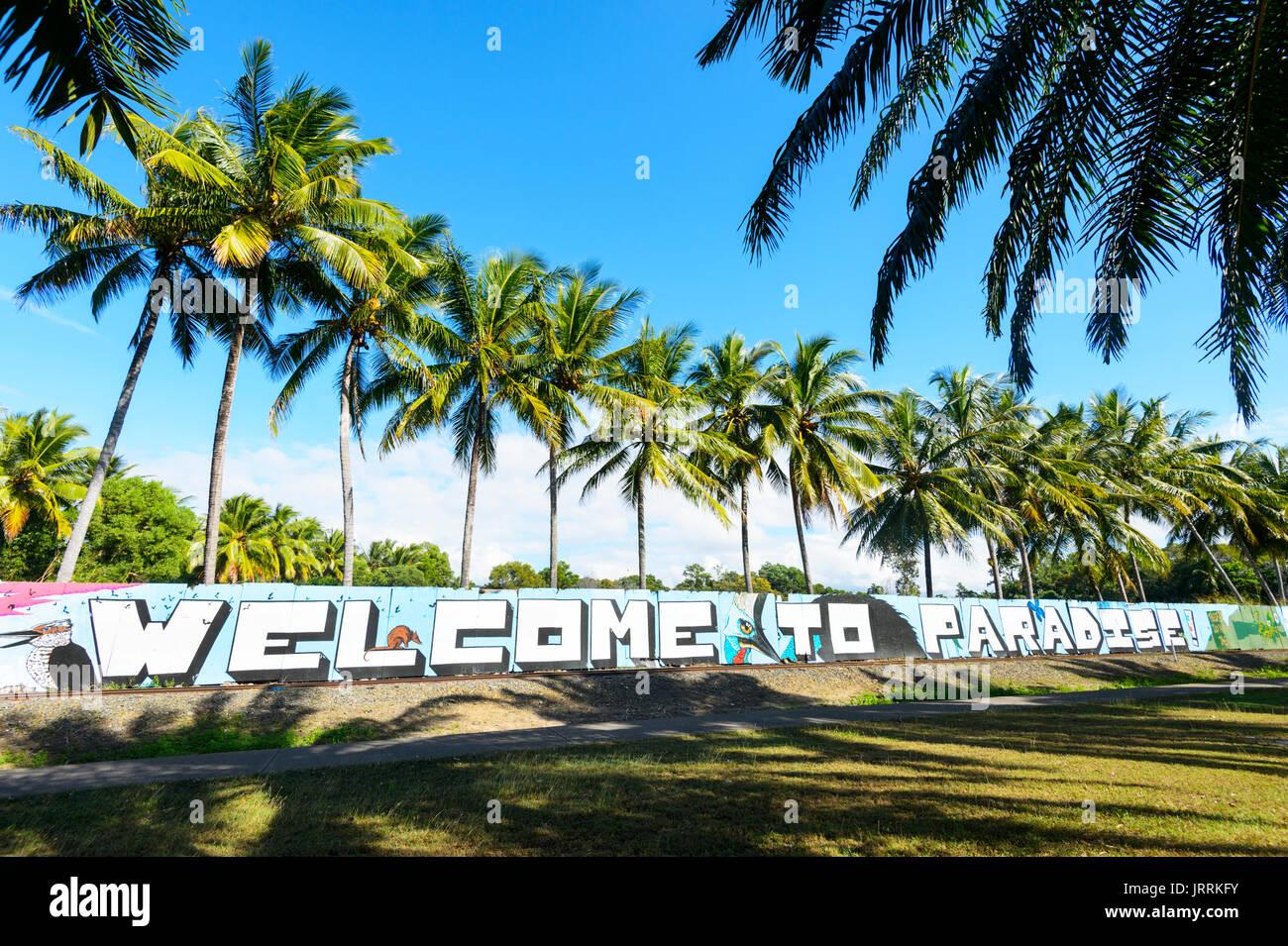 Bienvenido al paraíso cartel a la entrada de Port Douglas, Far North Queensland, FNQ, Queensland, Australia Imagen De Stock