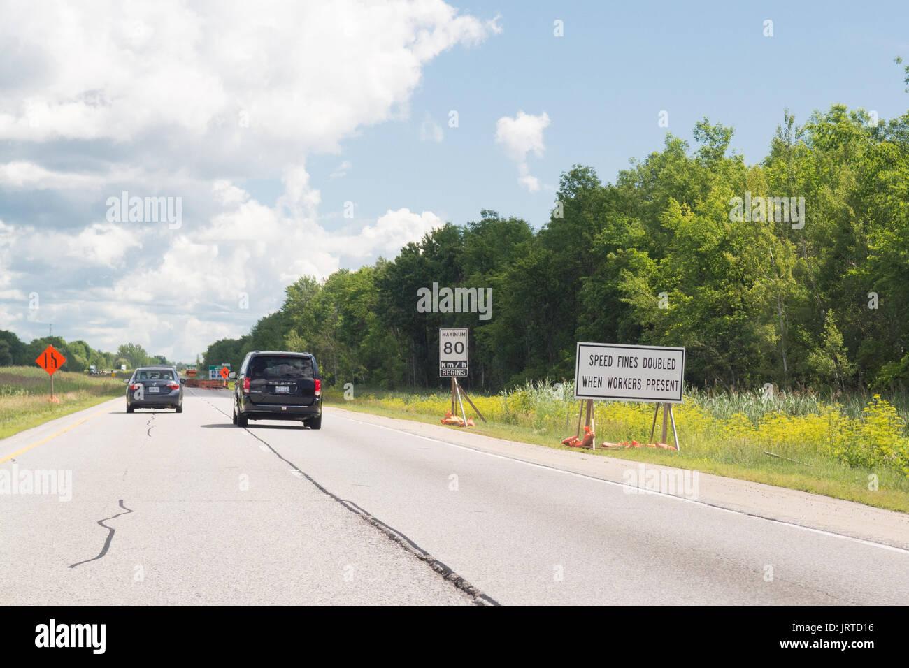 Multas de velocidad doble cuando trabajadores presentes firmar, Ontario, Canadá Imagen De Stock