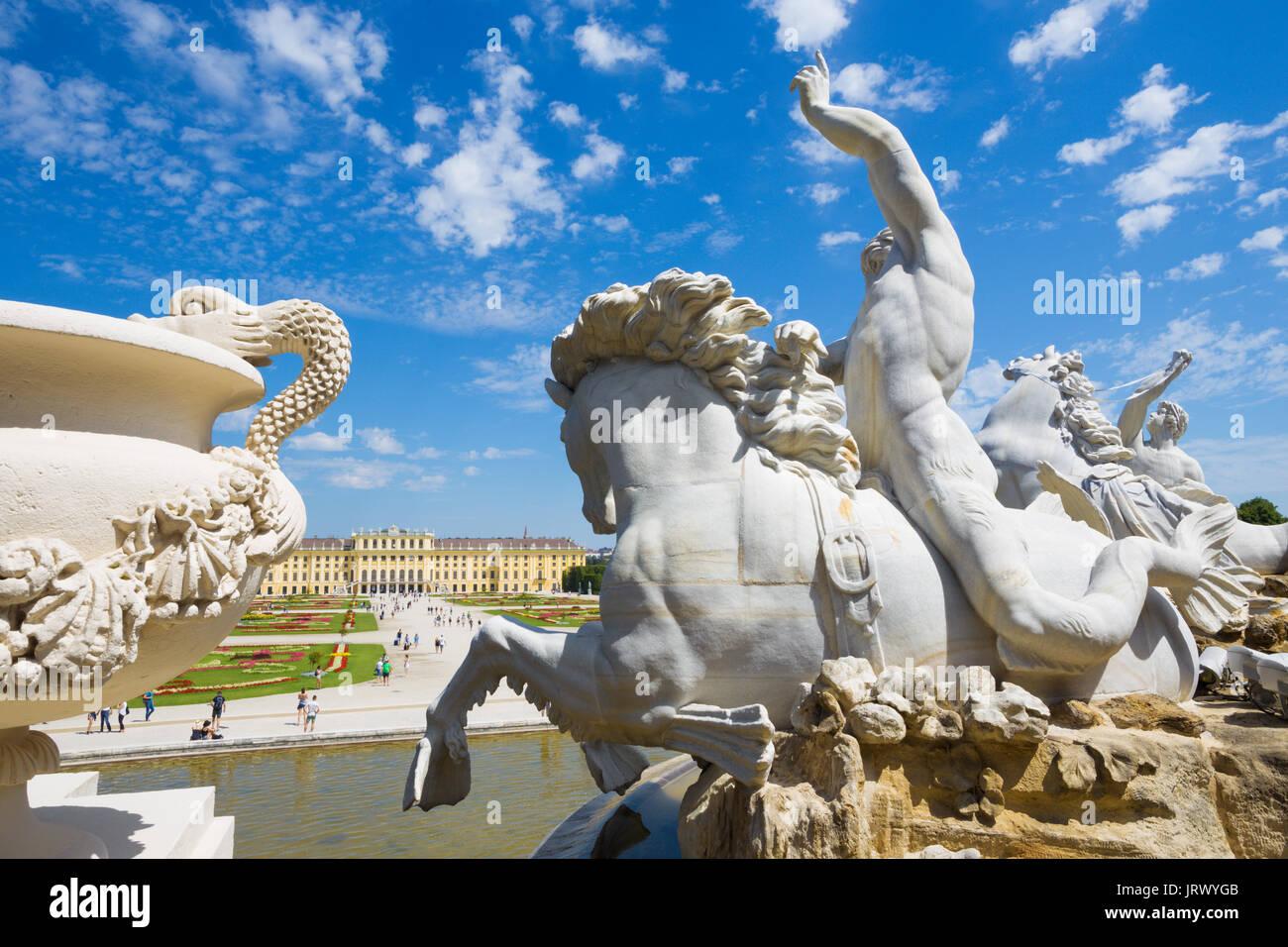 Viena, Austria - Julio 30, 2014: el palacio de Schonbrunn y jardines desde la fuente de Neptuno. Imagen De Stock