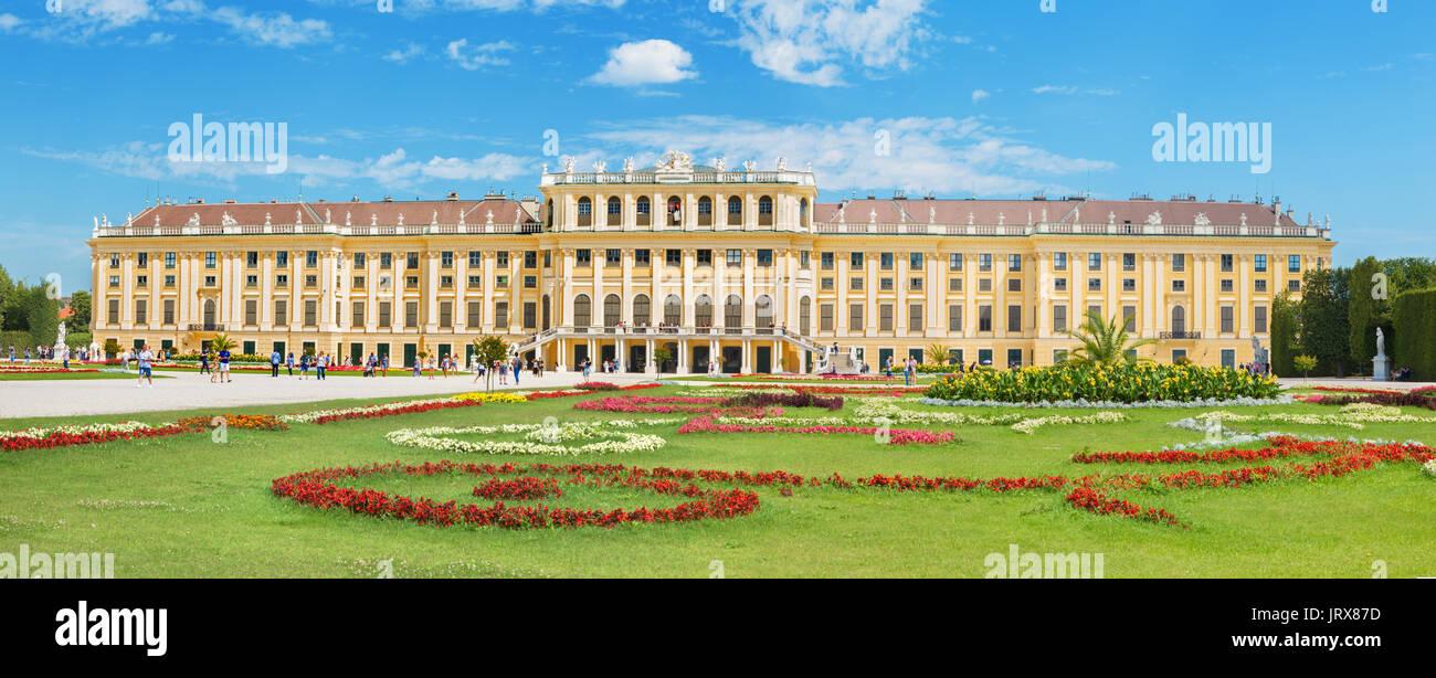 Viena, Austria - Julio 30, 2014: el palacio de Schonbrunn y jardines. Imagen De Stock