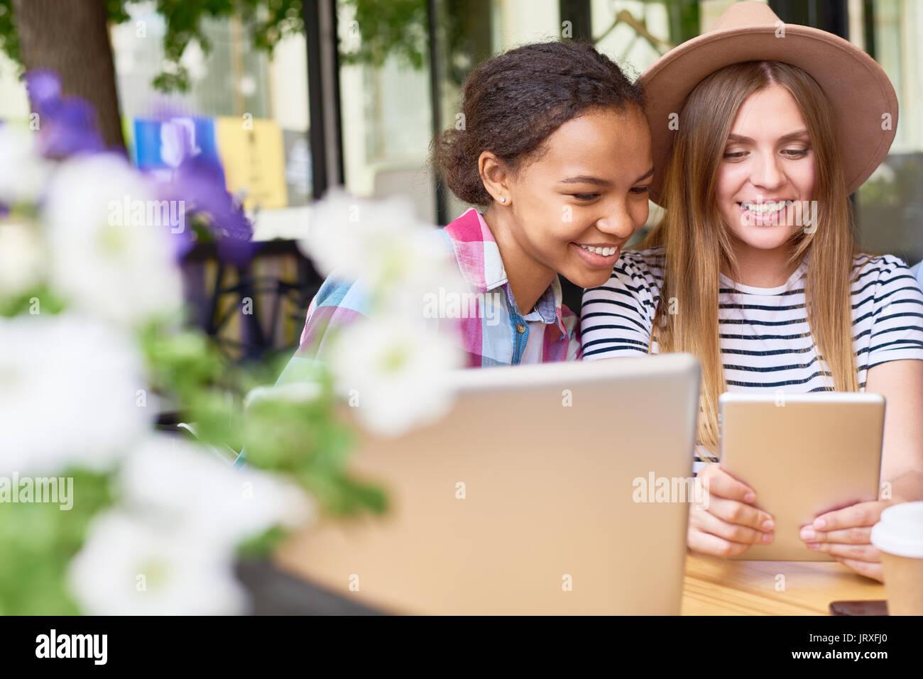 Hermosas Muchachas con tablet en Cafe Imagen De Stock