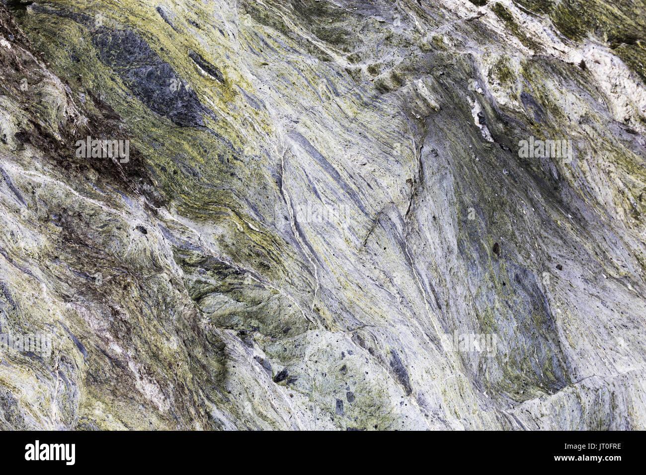 Un resumen cerca de vetas de minerales ejecutando a través de Roca Verde en un fondo de textura. Foto de stock