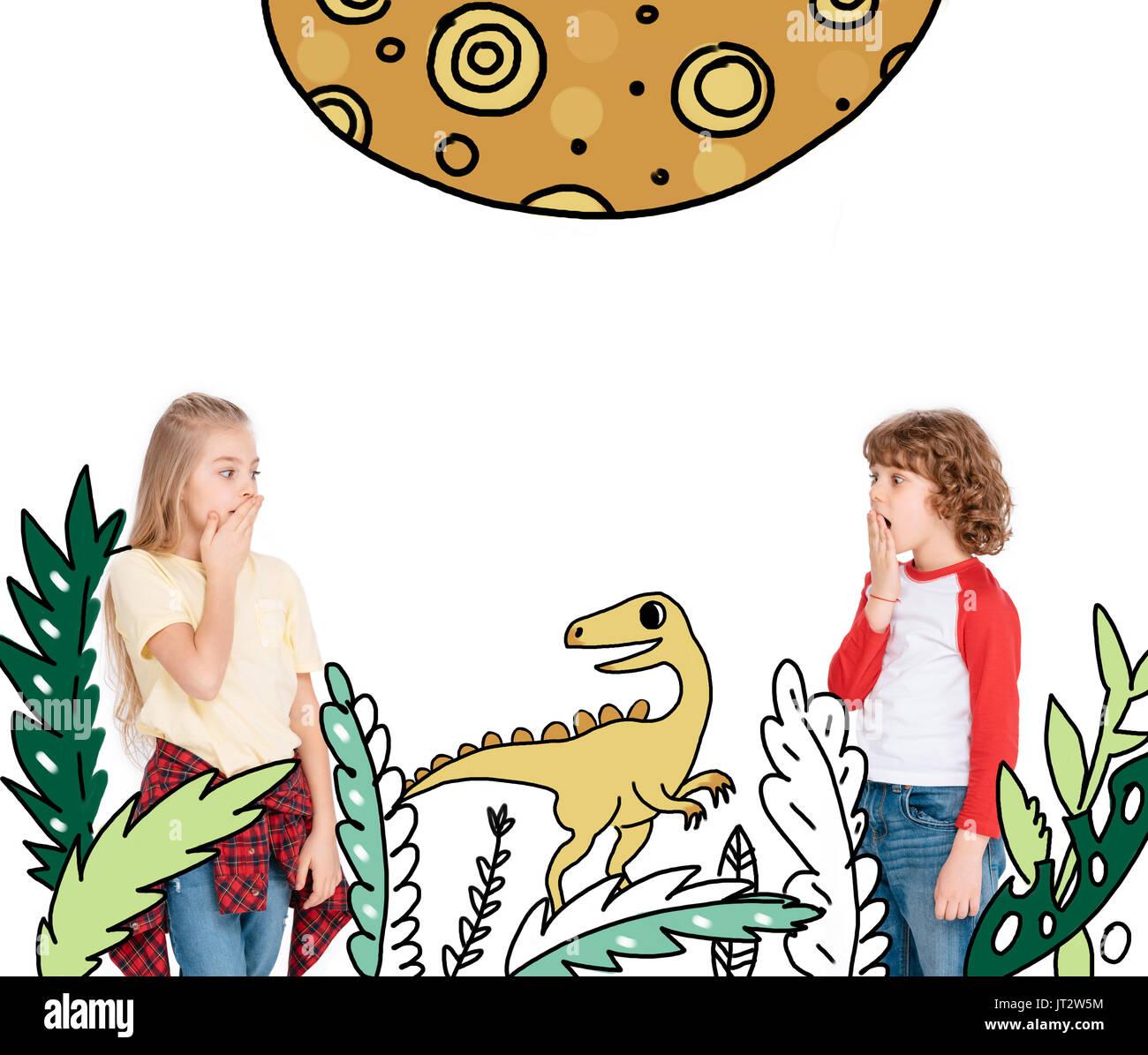 Niño y niña asustada por dinosaurio Imagen De Stock