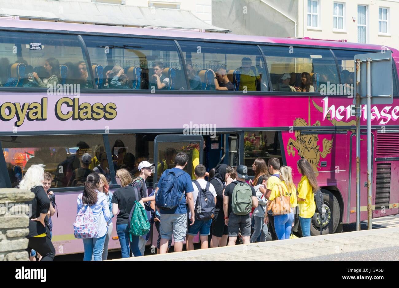 Grupo de estudiantes a bordo de un autobús después de un día de viaje. Imagen De Stock