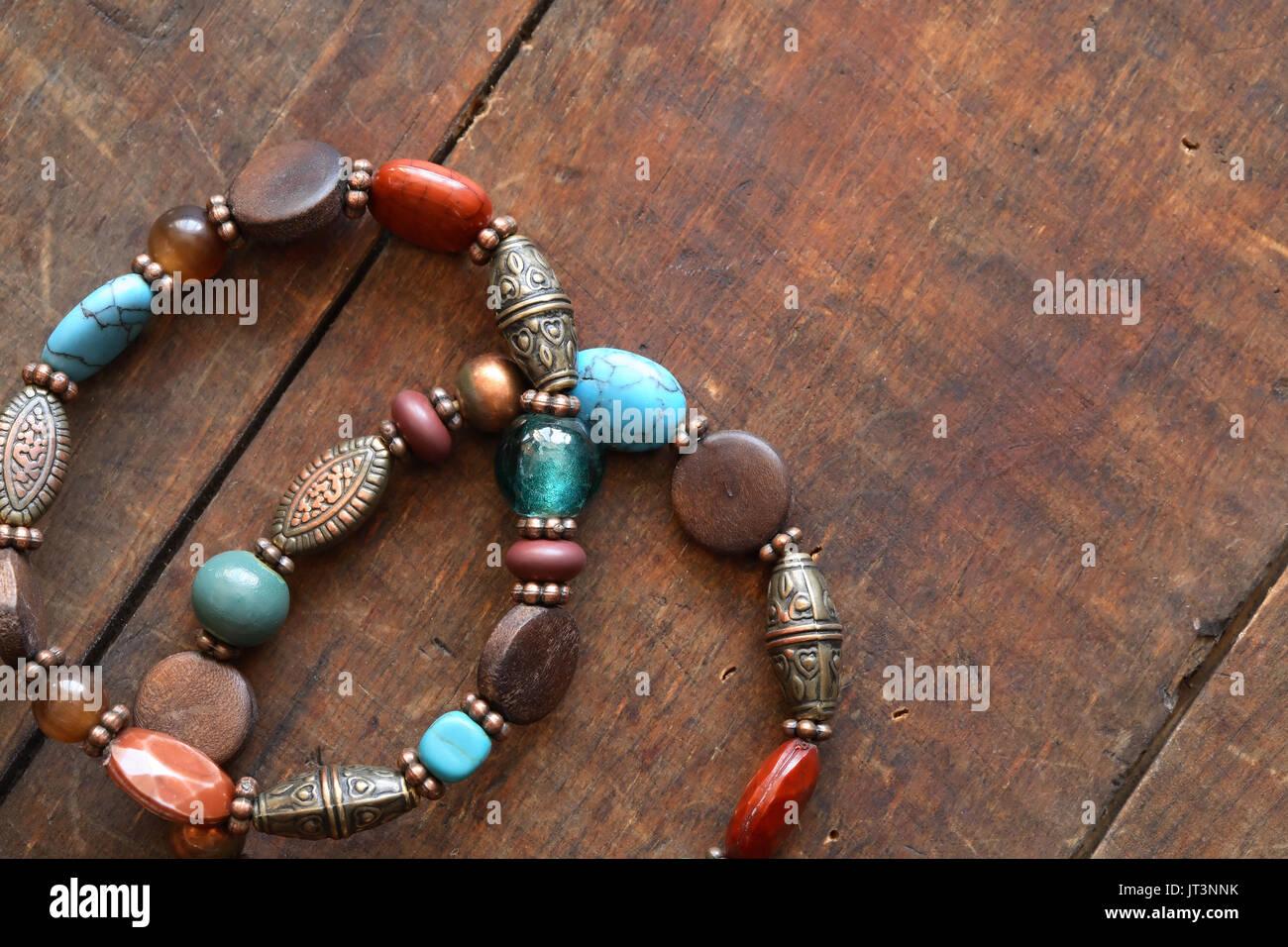 b0b3a4b6a468 Bisutería. Par de Niza vintage pulseras femenina sobre la superficie de  madera