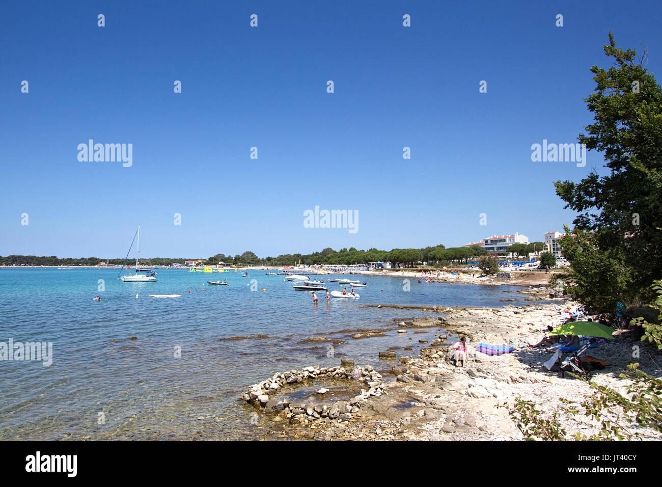 Una de las playas a lo largo de la costa cerca de Medulin, Croacia. Zona popular tanto entre los turistas croatas e internacionales Imagen De Stock