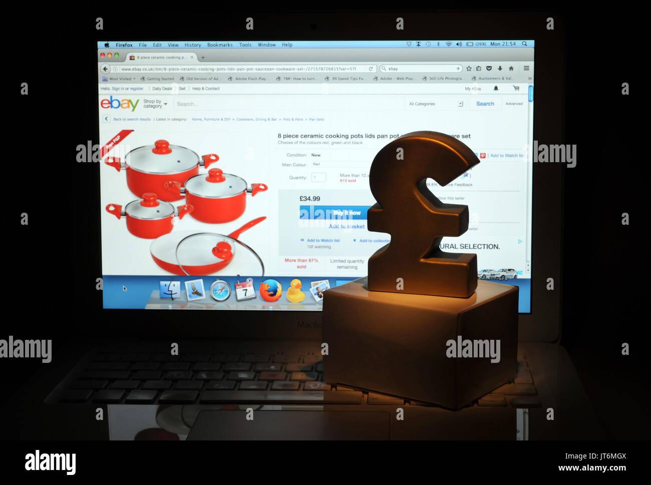 Página de ebay en PORTÁTIL CON BRITISH POUND SIGN RE COMPRA ONLINE COMPRAS POR INTERNET LA ECONOMÍA UK Imagen De Stock
