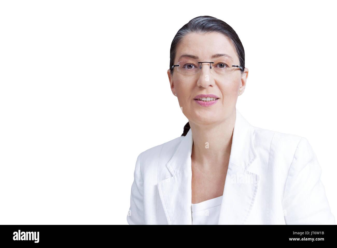 Mujer de mediana edad con gafas de blanco blazer aislado sobre fondo blanco, profesor, maestro, tutor personal coach, consejero, psicólogo Imagen De Stock