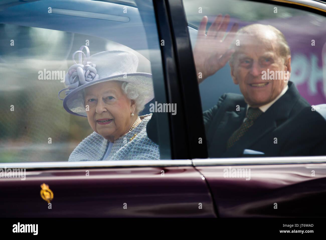 Su Majestad la Reina Isabel II, acompañada por Su Alteza Real el Príncipe Felipe, Duque de Edimburgo, deje ZSL Whipsnade Zoo tras la apertura del centro de cuidado de elefantes Imagen De Stock