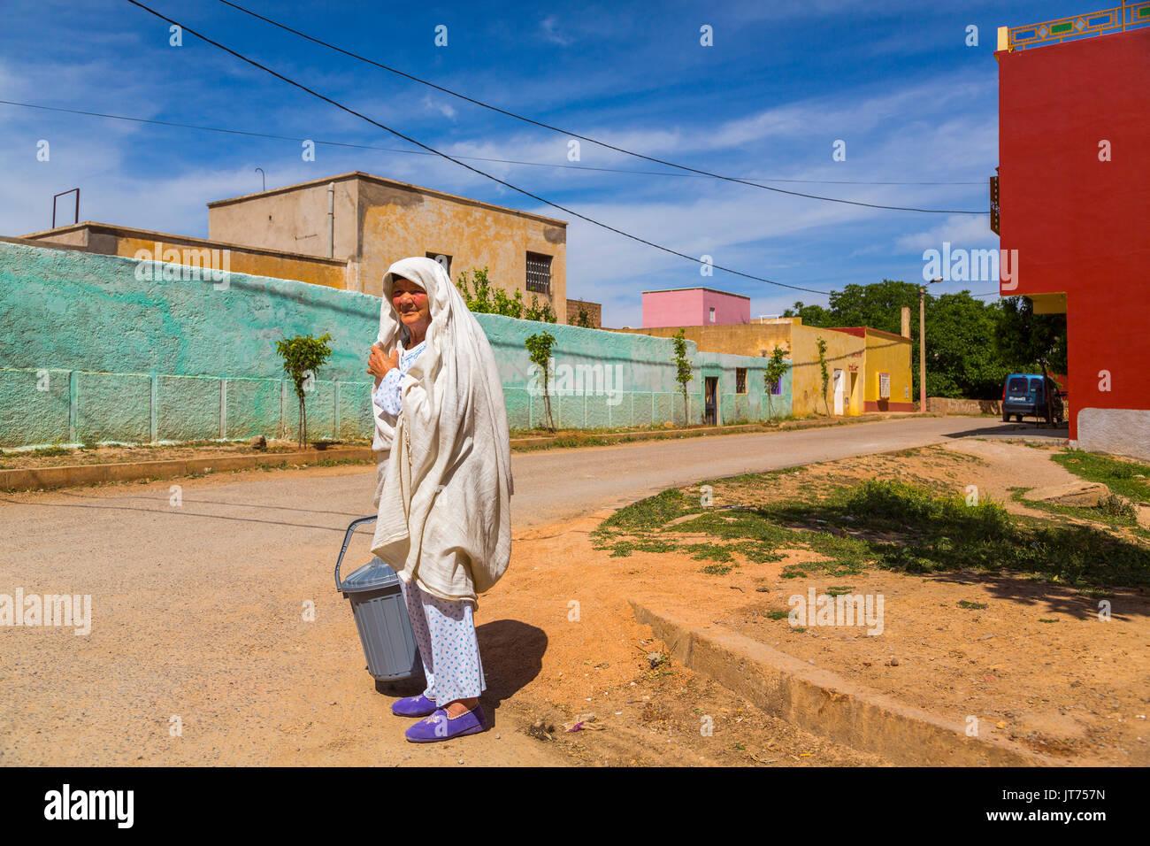 Bhalil, mujer en vestido blanco que cubre su cabeza. Marruecos, Magreb, África del Norte Imagen De Stock