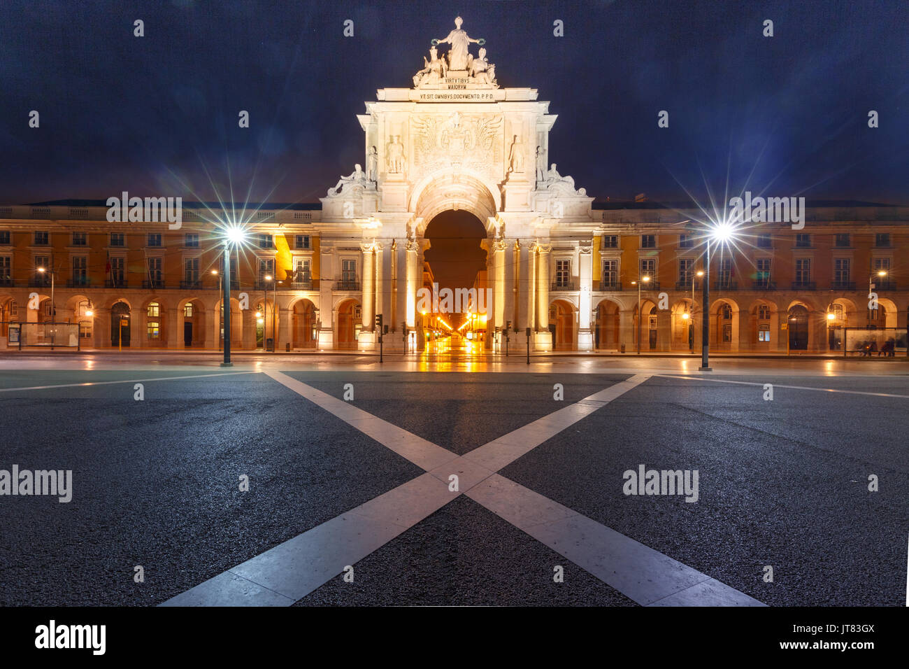 Commerce Square en la noche en Lisboa, Portugal. Foto de stock