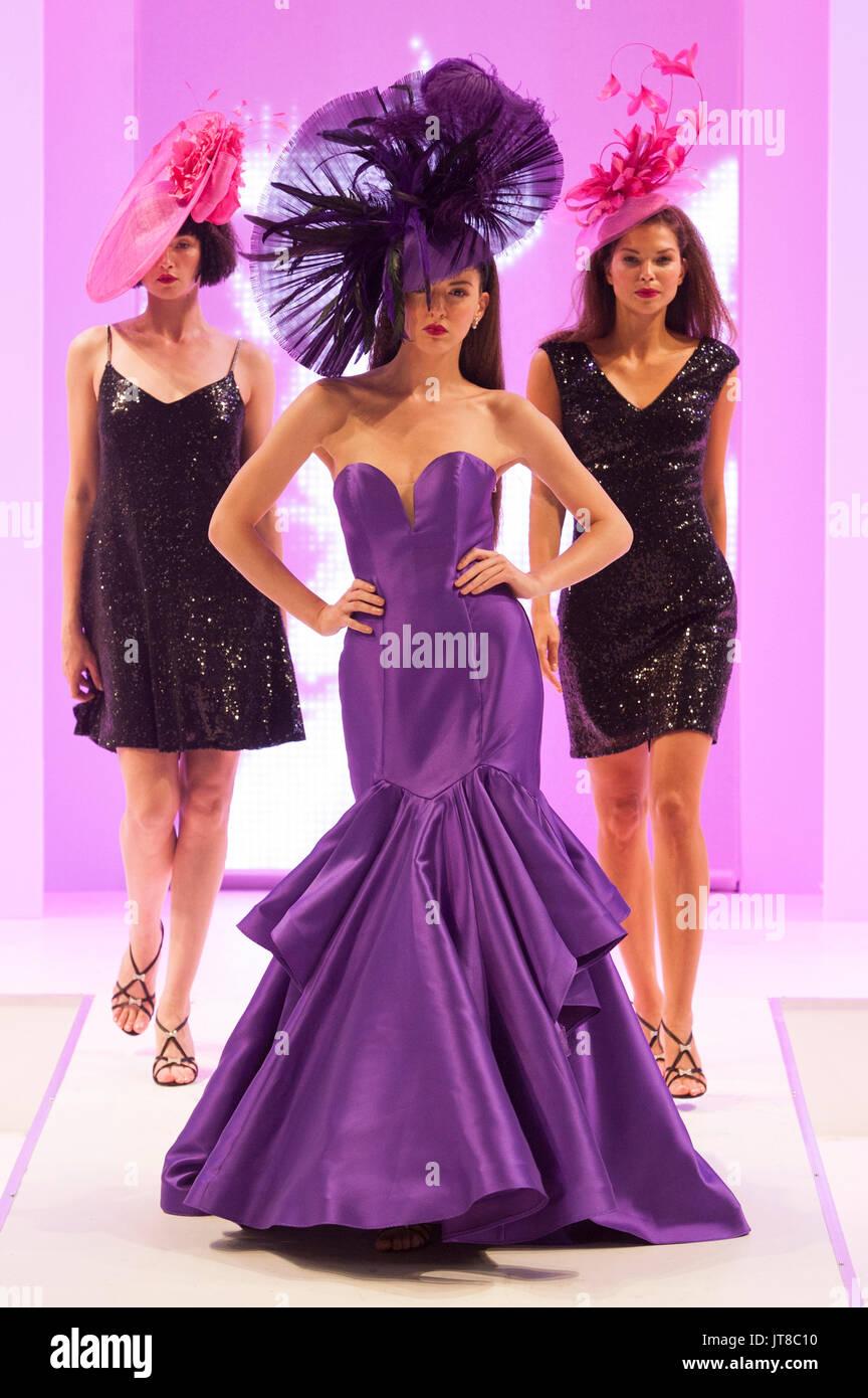 Modelos en la pasarela de moda con sombreros y vestidos por Snoxell ...