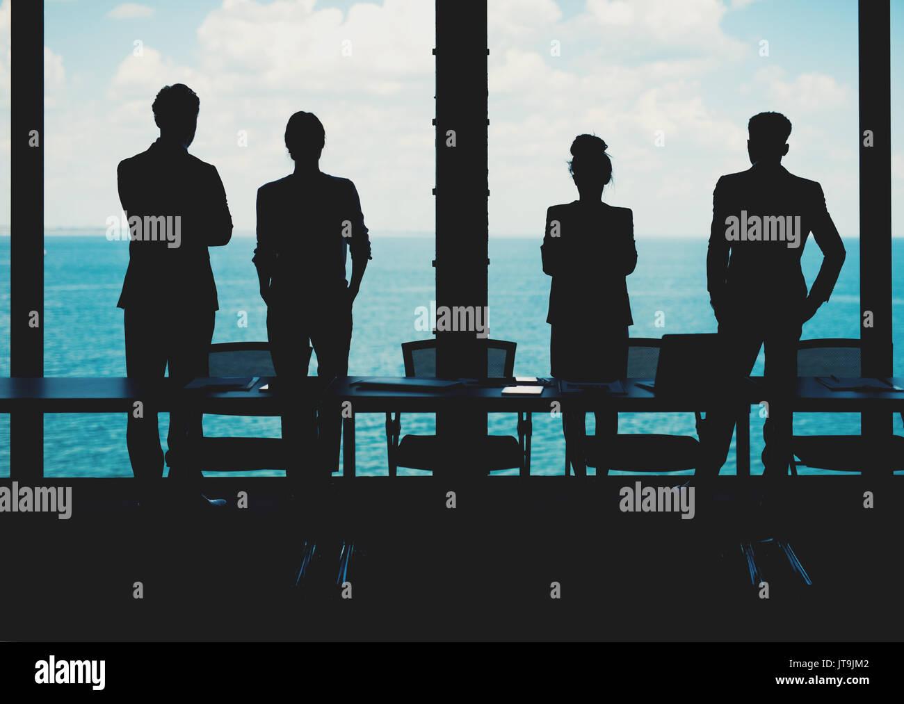Grupo de negocios buscando socios para el futuro. Concepto de empresa y el inicio Imagen De Stock