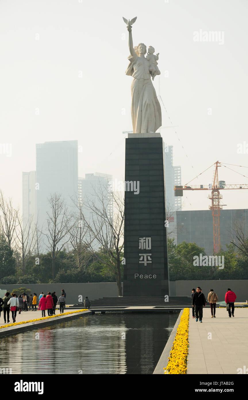 A partir del 3 de enero de 2015. Nanjing, China. Los turistas chinos caminando cerca de la estatua de paz dentro de la masacre de Nanjing, museo de sitio dentro de la ciudad de Nanjing, C Foto de stock