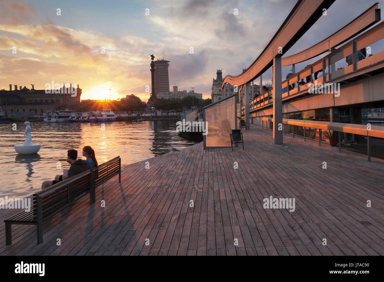 La rambla del Mar en el Port Vell, Edificio Torre de Colón y el Monumento a Colón (Monument a Colom), Barcelona, Cataluña, España y Europa Imagen De Stock
