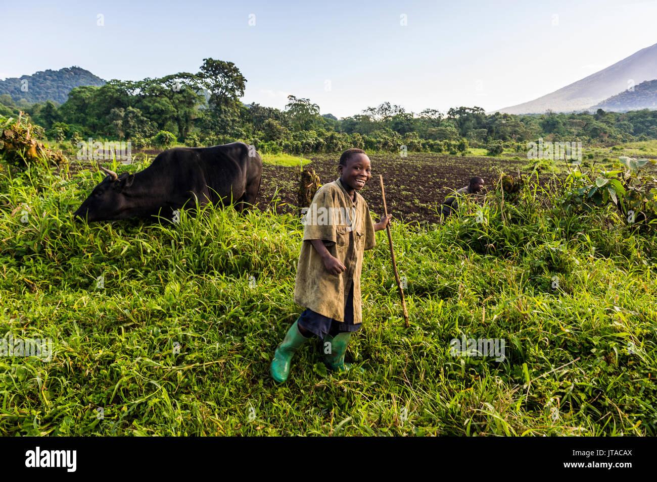 Feliz agricultura joven muchacho, el Parque Nacional de Virunga, en la República Democrática del Congo, África Imagen De Stock