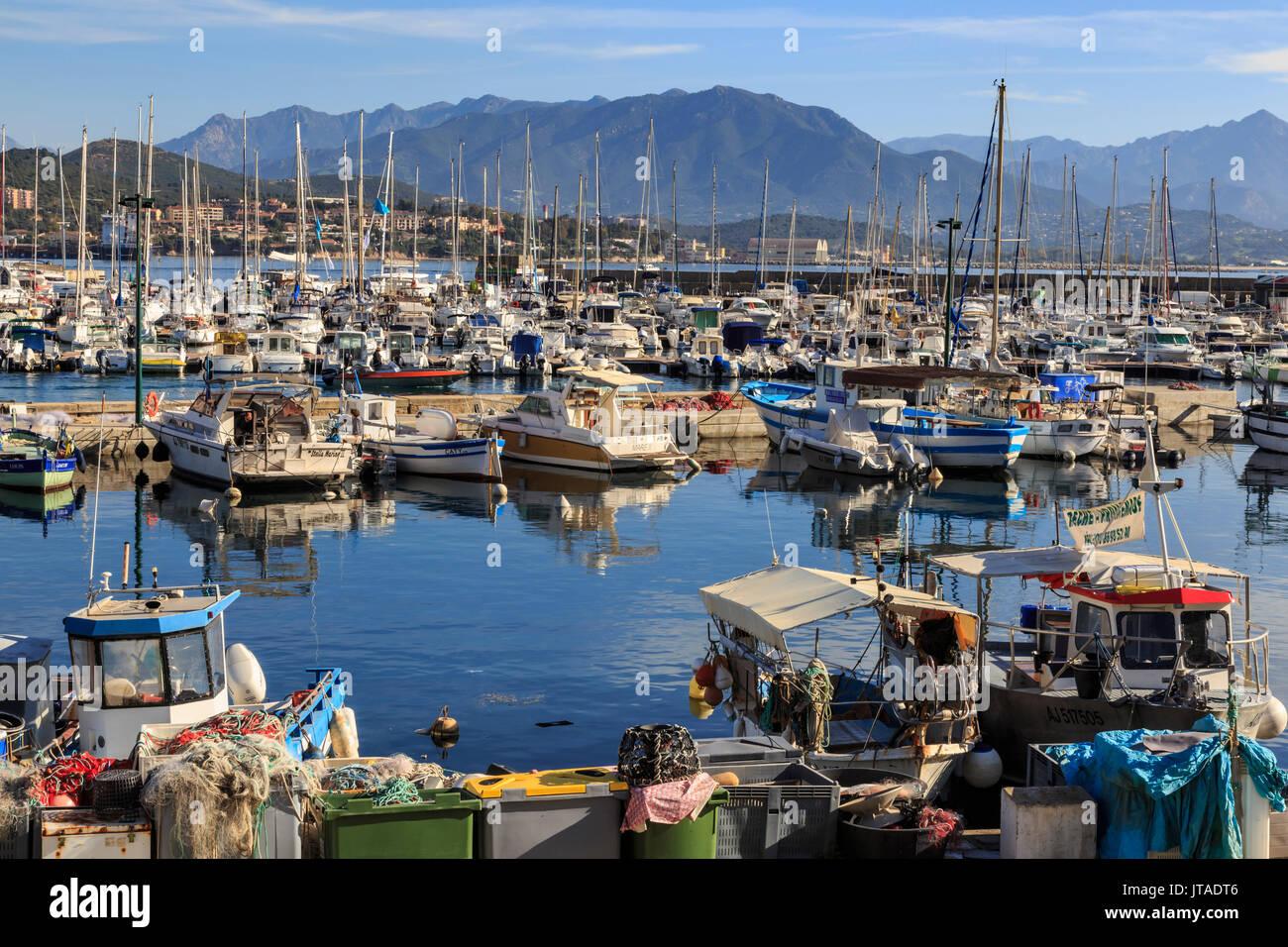 Antiguo puerto de barcos de pesca y yates, vista a las montañas distantes, Ajaccio, Isla de Córcega, Francia, el Mediterráneo, Europa Imagen De Stock