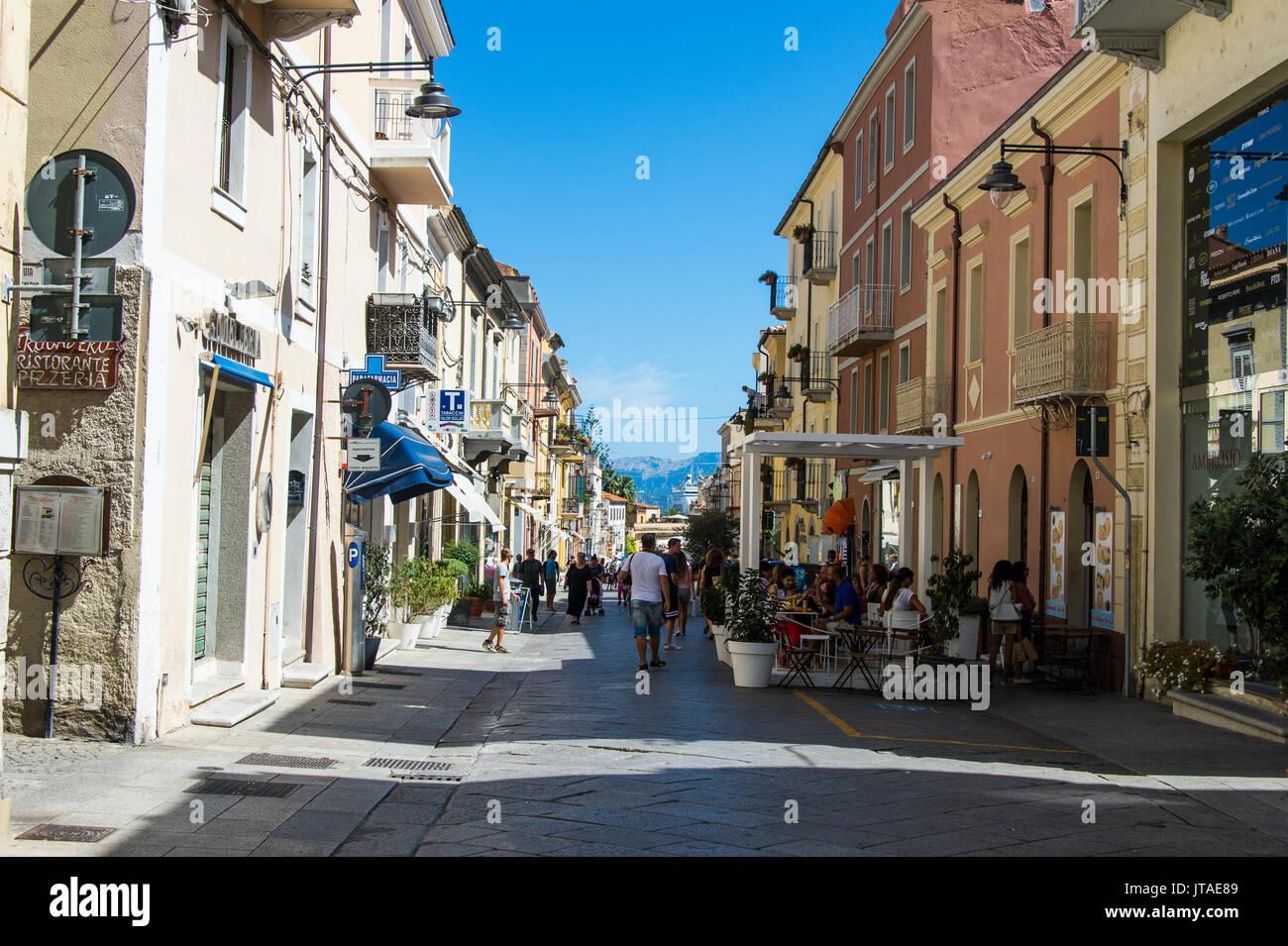 La zona peatonal de Olbia, Cerdeña, Italia, Mediterráneo, Europa Imagen De Stock