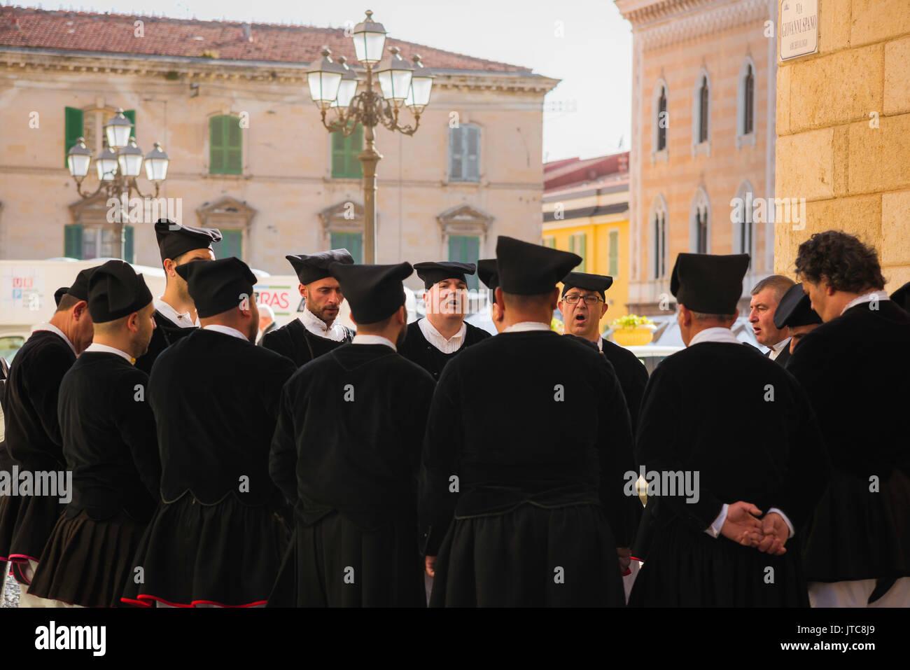 Cerdeña festival de música folk, un coro masculino práctica en Sassari calle lateral antes de realizar Imagen De Stock