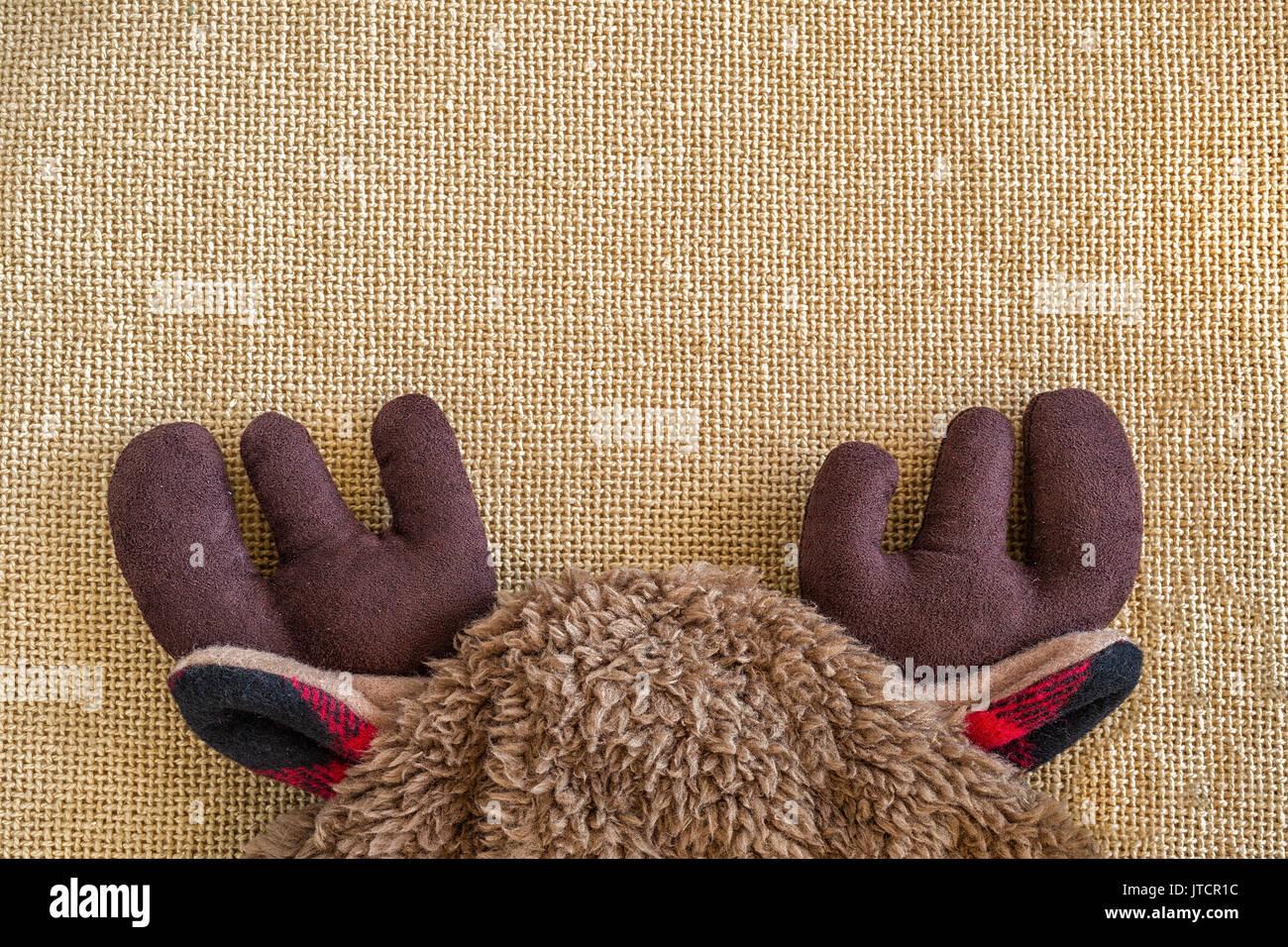 Niño en el sombrero con cuernos sobre un tejido de fondo. Imagen De Stock d01017b6af3