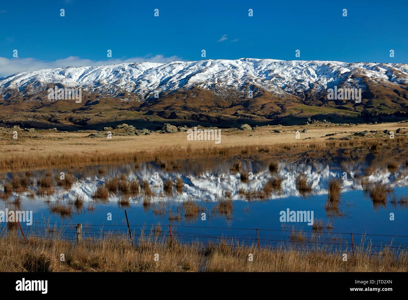 Granja estanque y roca y Pilar Gama, Sutton, cerca de Middlemarch, Strath Taieri, Otago, Isla del Sur, Nueva Zelanda Foto de stock