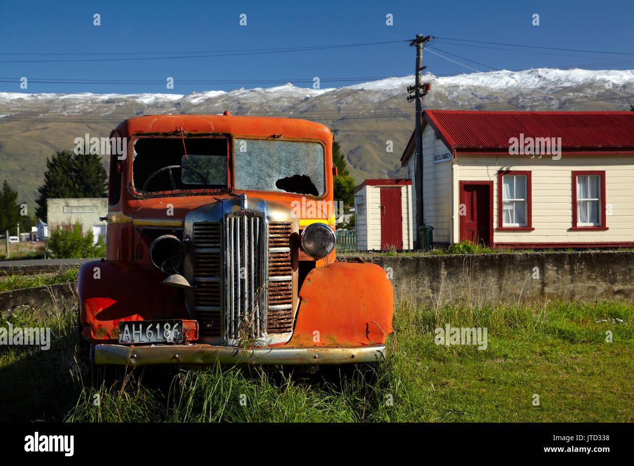 Vintage Austin carretilla y Middlemarch Railway Station, Strath Taieri, Otago, Isla del Sur, Nueva Zelanda Foto de stock