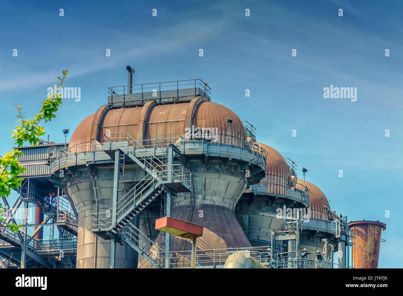 Vista general de una planta industrial refinería, formados por tubos y torres de la industria pesada. Foto de stock
