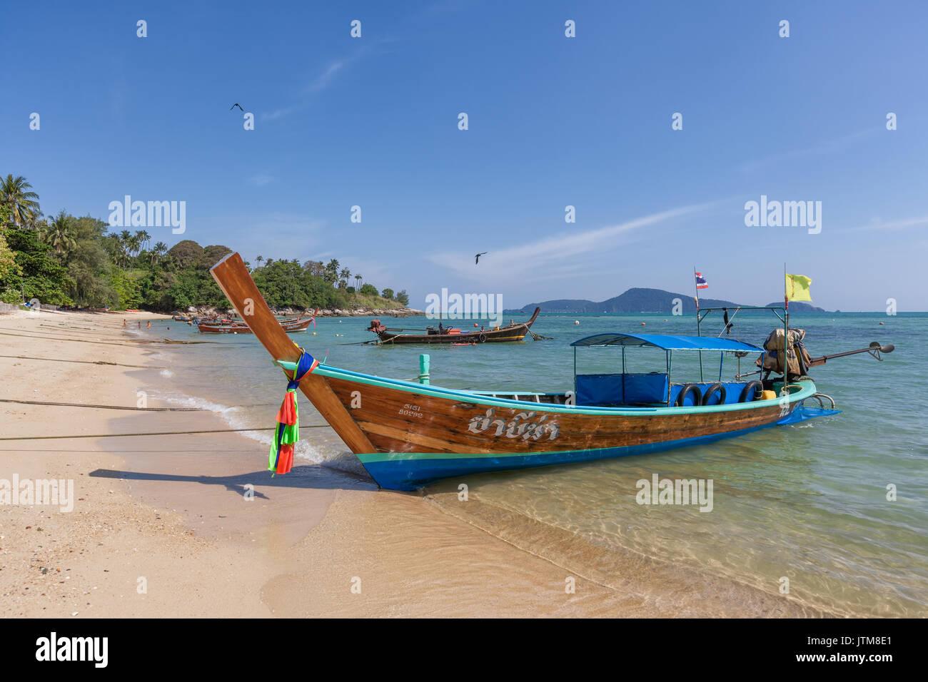 """""""Longtail"""" tradicionales barcos pesqueros amarrados en la playa de Rawai, Phuket, Tailandia Foto de stock"""