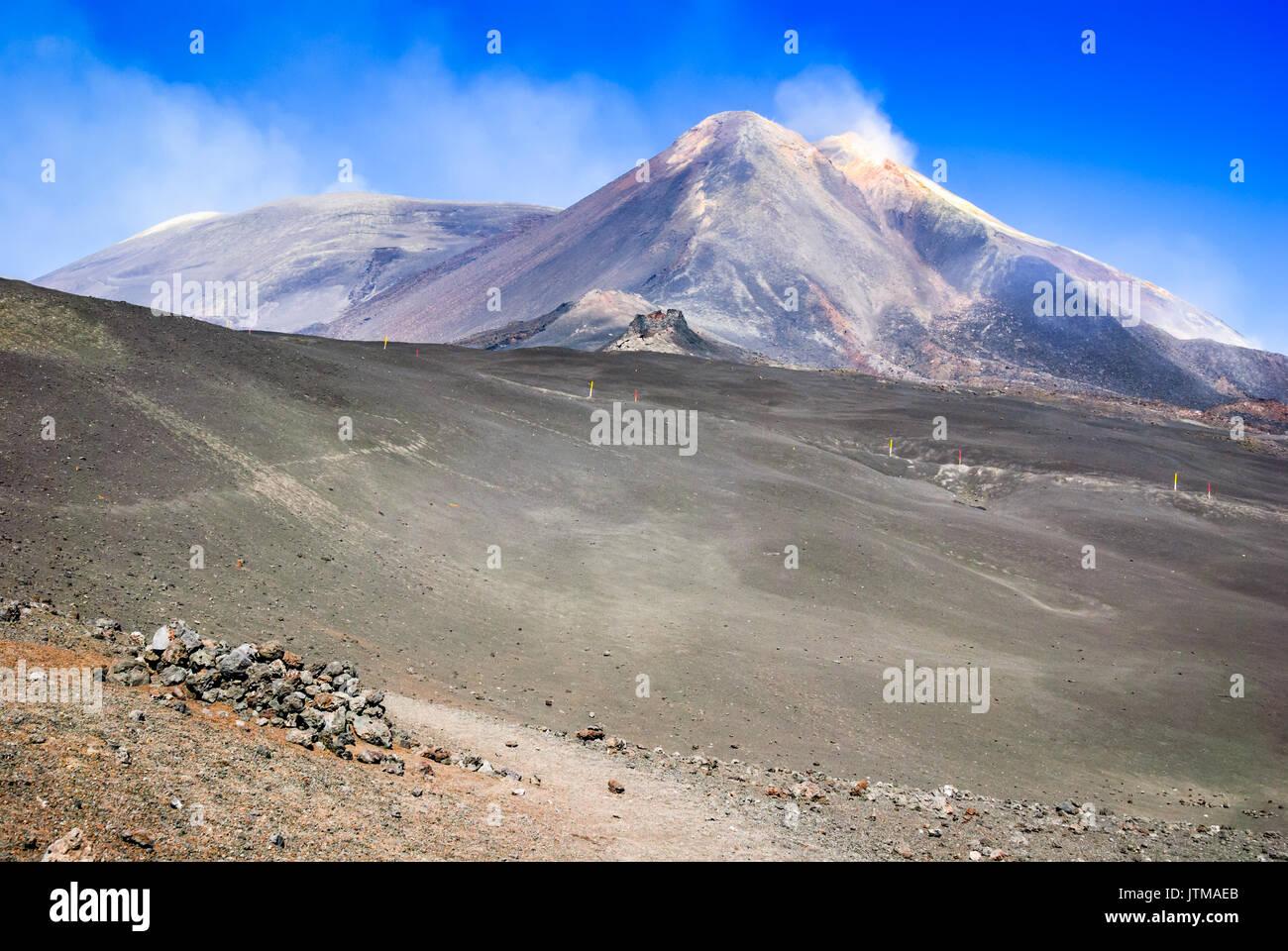 Monte Etna, Sicilia - el volcán activo más alto de Europa 3329 m en Italia. Imagen De Stock
