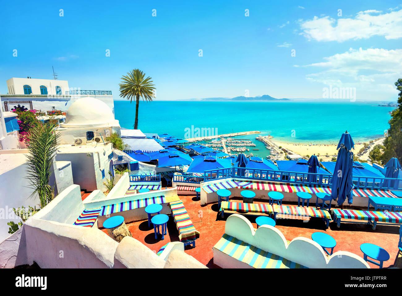 Hermosa vista superior y un café en la terraza a orillas del mar en Sidi Bou Said. Túnez, Norte de África Imagen De Stock