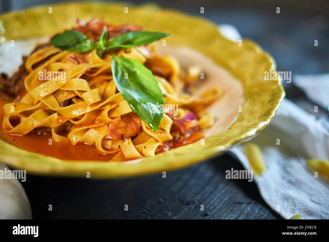 Italiano pasta penne con tomates y pesto en un restaurante jpg Foto de stock