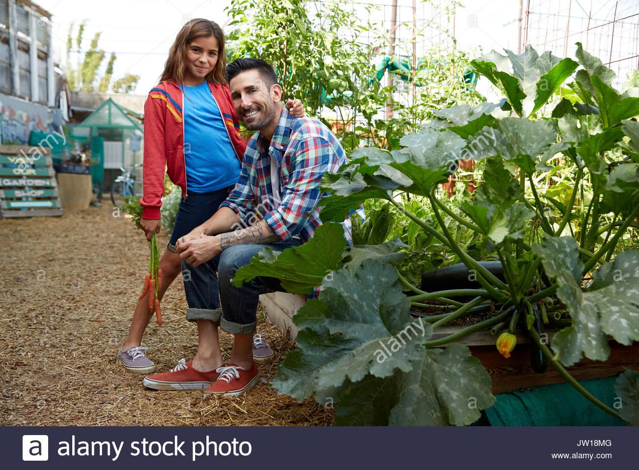 Retrato sonriente padre e hija en el jardín Imagen De Stock
