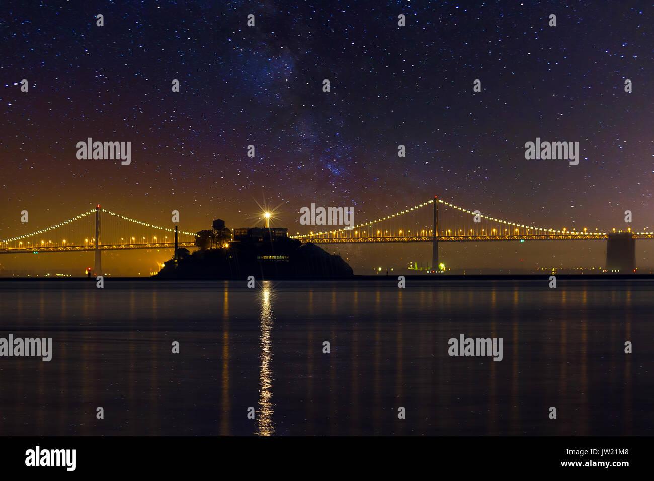 La Isla de Alcatraz en San Francisco, California bajo las estrellas en la noche Foto de stock