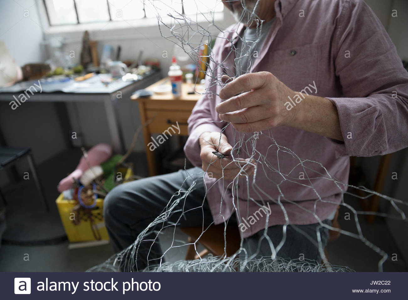 Artista Masculino formando el alambre en el art studio Imagen De Stock