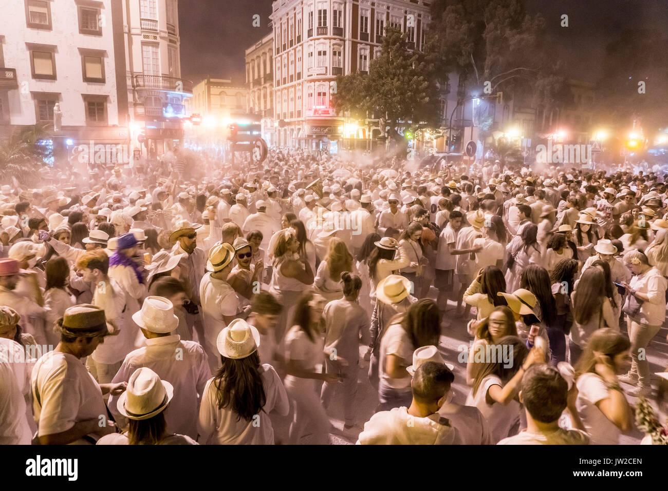 Multitud de personas, polvo blanco y ropa blanca, por la tarde, el estado de ánimo, la fiesta de carnaval de los Indianos, Las Palmas de Gran Canaria Imagen De Stock