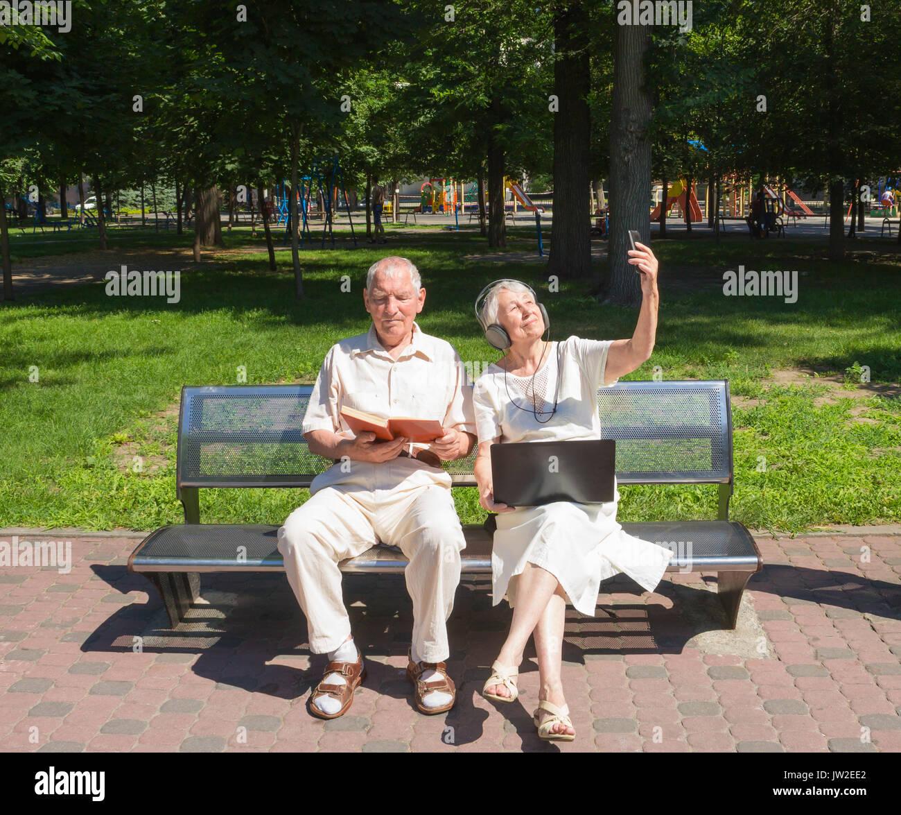 La feliz pareja de ancianos en el verano en un paseo Imagen De Stock