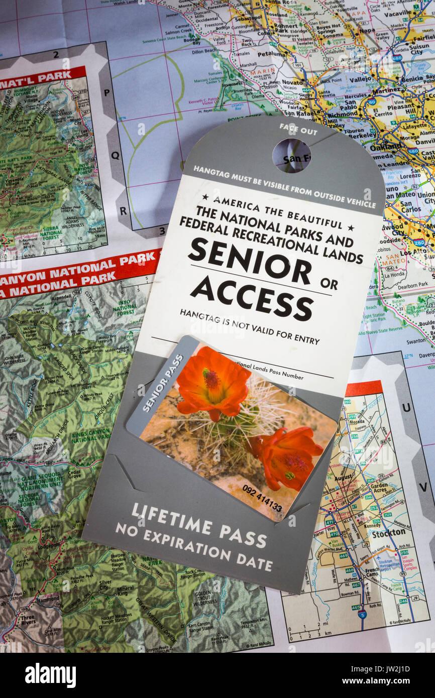 El Servicio de Parques Nacionales Vida Senior Pass y mapas, EE.UU. Imagen De Stock