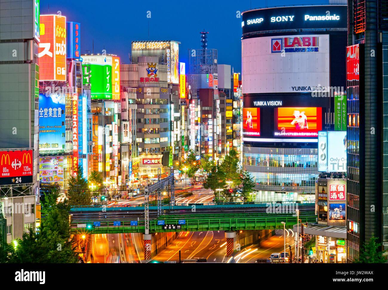 Shinjuku Tokyo Japón Yasukuni Dori Kabukicho Skyline en la noche. Imagen De Stock