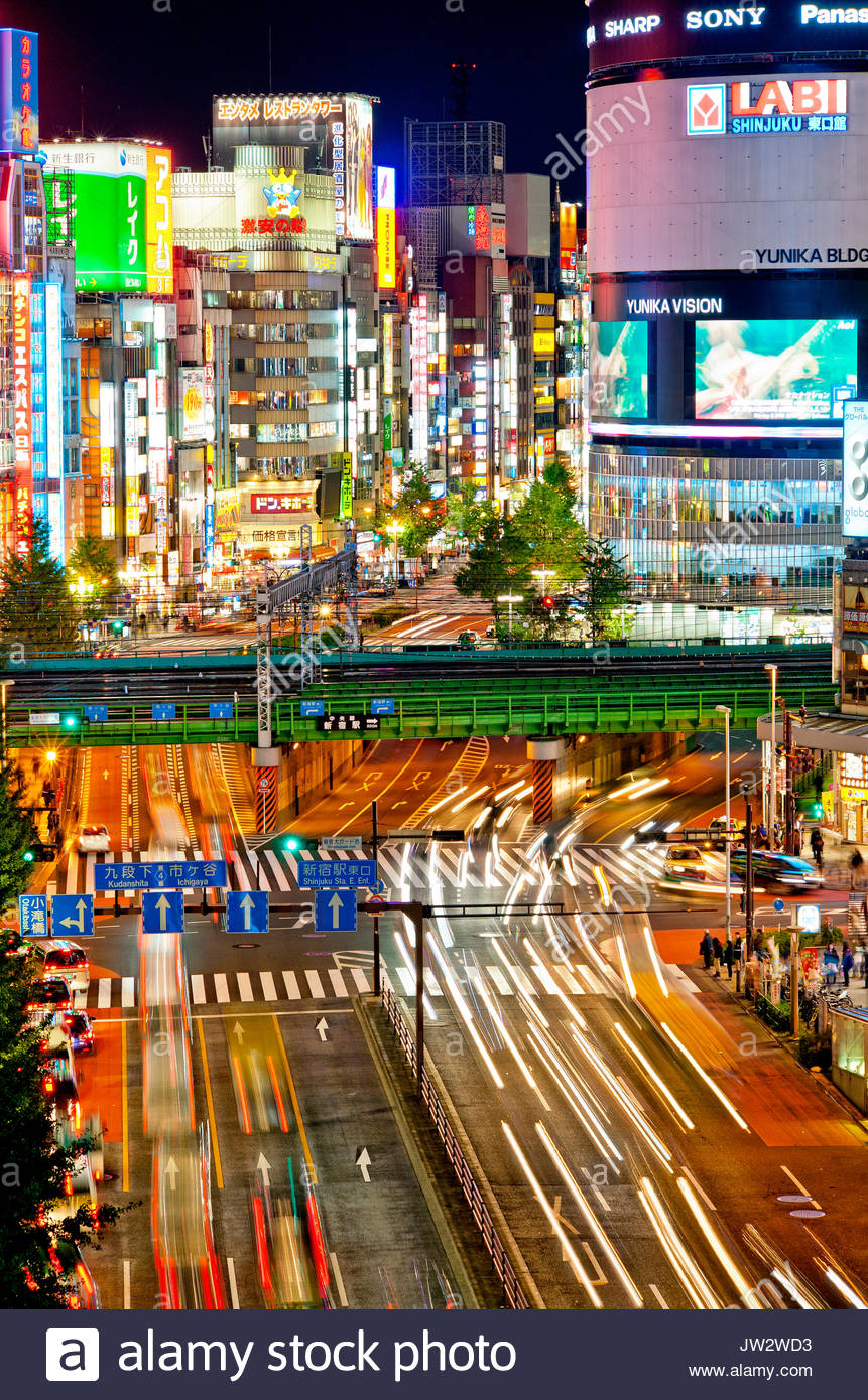 Shinjuku Tokyo Japón Skyline de Yasukuni dori (Calle Kabukicho durante la noche. Imagen De Stock