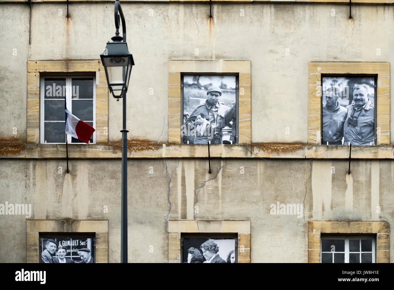 Bayeux, Normandía, Francia. Aug 2017 Robert Capa y Ernest Hemmingway WWII los reporteros de guerra en las ventanas Foto de stock