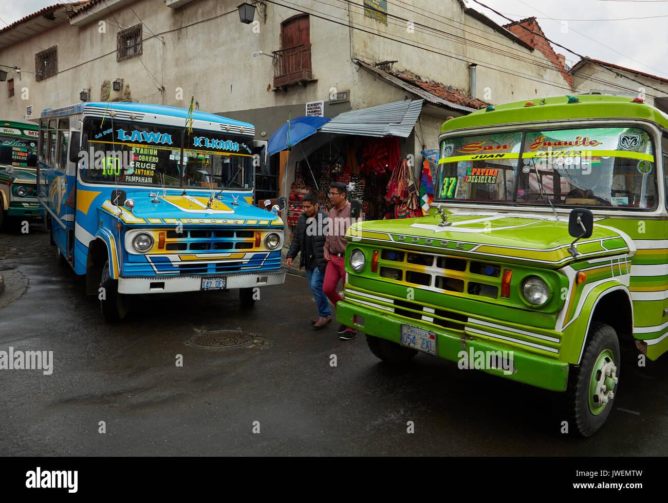 Los autobuses en las estrechas calles empinadas de la Paz, Bolivia, América del Sur Imagen De Stock