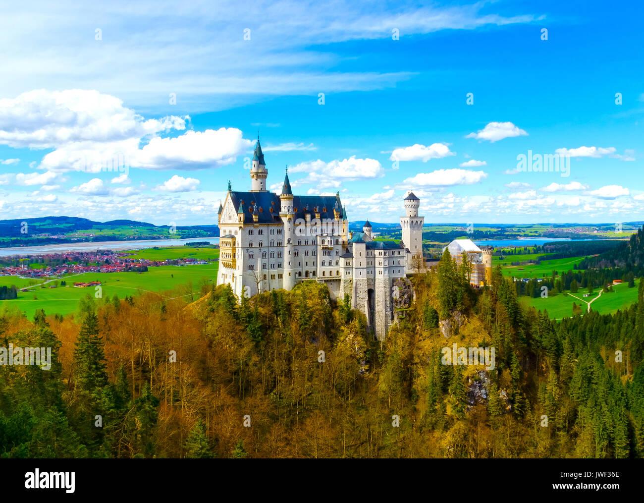 Vista de la famosa atracción turística en los Alpes bávaros - el siglo XIX el castillo de Neuschwanstein. Imagen De Stock